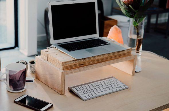 un bureau en bois avec un ordinateur portable - Chapô - création de contenu