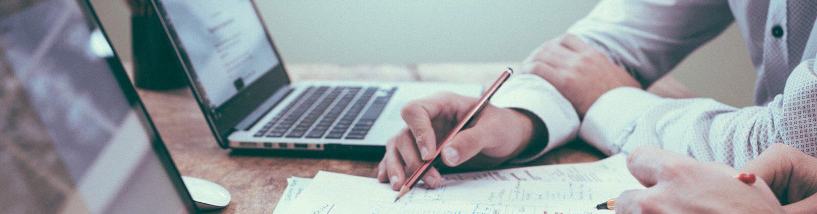rédacteurs Web en train d'écrire pour le Web - Chapô - services de rédaction
